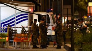 Полиция и военные на месте нападения в центре Брюссела, 25 августа 2017 года.