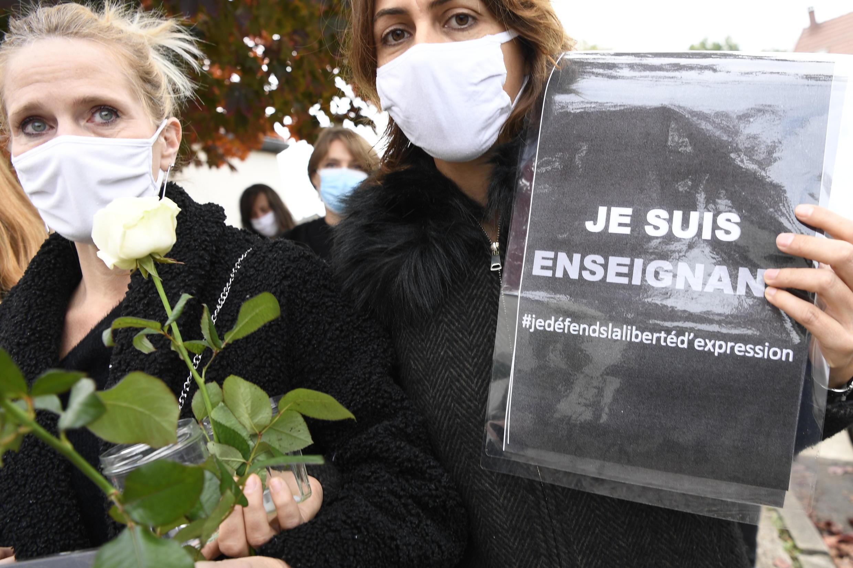 К школе, где преподавал убитый учитель Самюэль Пати, несут цветы