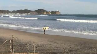 Surfista se prepara para enfrentar as ondas de Toyama, no Japão, a apenas 50km da central de Fukushima.