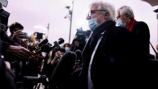 Les avocats du Conseil national de la résistance iranienne William Bourdon et Georges-Henri Beauthier (à droite) répondent aux questions des journalistes à leur arrivée au palais de justice d'Anvers, le 27 novembre 2020. (Kenzo Tribouillard / AFP)