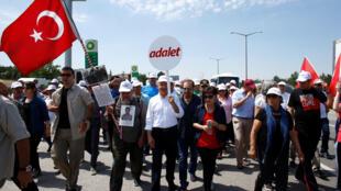 Lors de la marche du parti d'opposition, le CHP, conduit par Kemal Kiliçdaroglu, le 17 juin 2017 à la sortie d'Ankara.