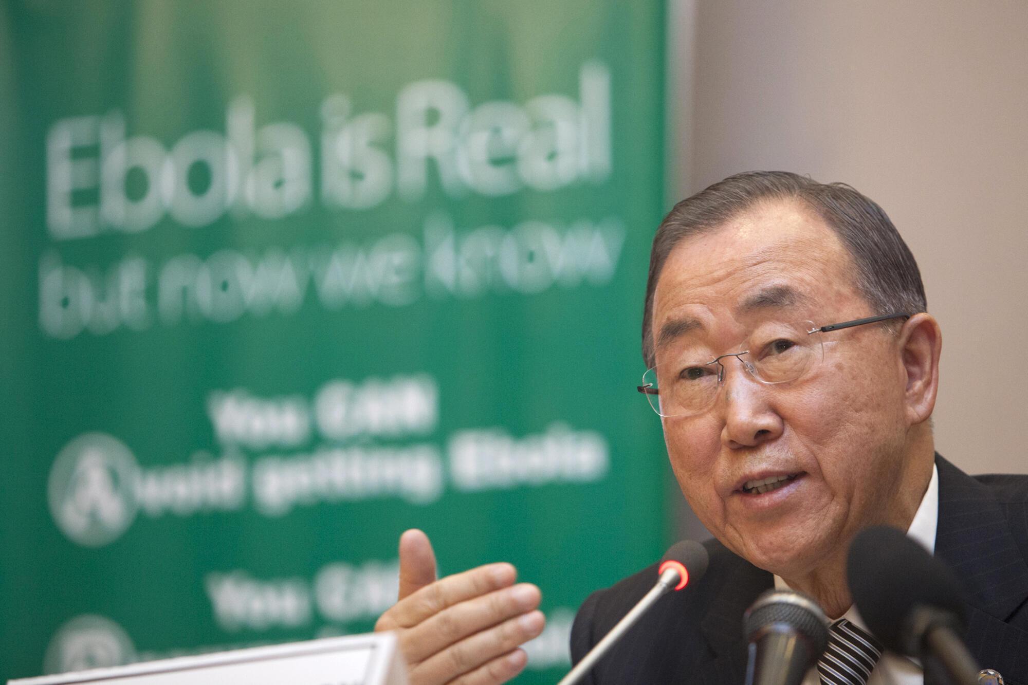 Le secrétaire général de l'ONU, Ban Ki-moon au siège de l'Union africaine à Addis-Abeba pour parler de l'épidémie d'Ebola, le 28 octobre 2014.
