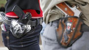 Une loi autorisant à porter ouvertement des armes en public est entrée en vigueur au Texas, le 1er janvier 2016. A cette occasion, des pro-armes se sont rassemblés devant le Capitole de l'Etat du Texas.