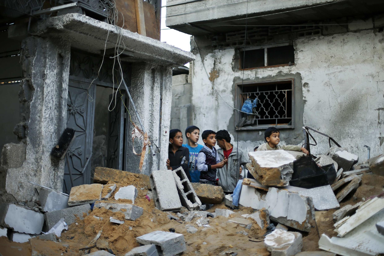 Các trẻ em Palestine ở dải Gaza trong một ngôi nhà bị đổ nát vì đạn pháo Israel, ngày 20/11/2012.