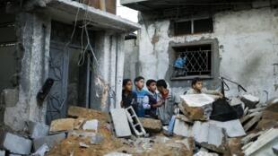 De jeunes enfants palestiniens au milieu des décombres d'une maison après une frappe israélienne dans le nord de la bande de Gaza, le 20 novembre 2012.