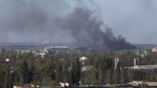 Une épaisse fumée se dégageait de l'aéroport de Donetsk, vendredi 3 octobre 2014.