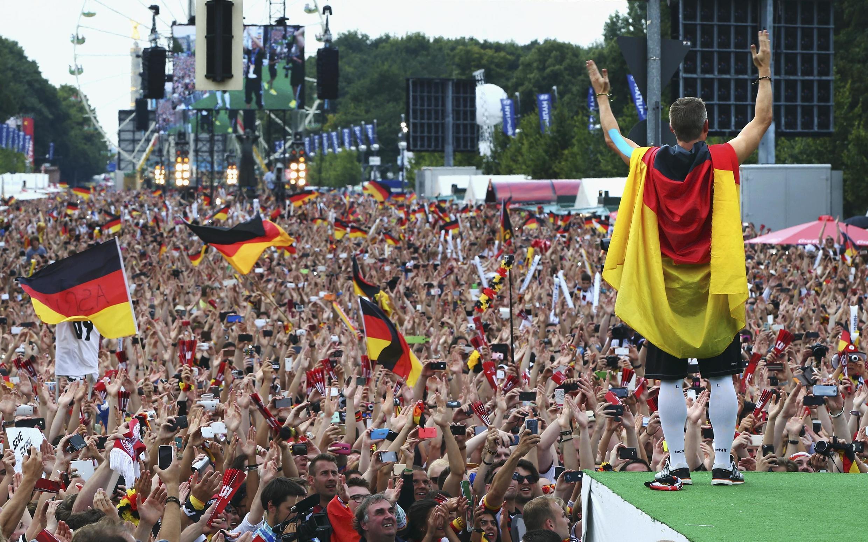 Plus de 250 000 personnes en délire se sont massées ce mardi 15 juillet devant la porte de Brandebourg pour accueillir «leurs héros» du retour du Brésil.