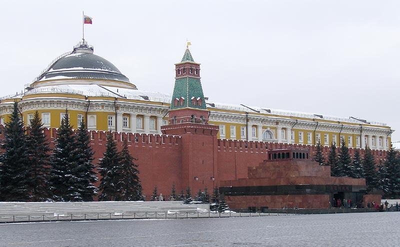 Lăng Lê-nin (P) tại quảng trường Đỏ, Matxcơva sát cạnh điện Kremlin.