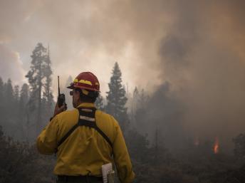 Bombeiros combatem noite e dia o fogo que continua a destruir o parque de Yosemite, na Califórnia.