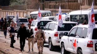 Un convoi du Comité international de la Croix Rouge (CICR) traverse la Ghouta orientale près du camp de Wafideen à Damas, en Syrie, le 5 mars 2018.