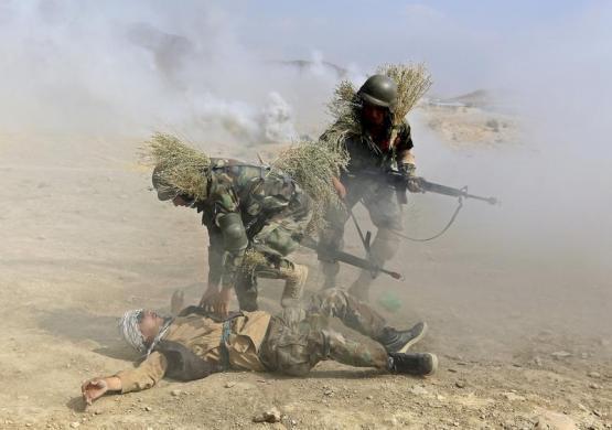 تصویر آموزش نظامی نفرات ارتش افغانستان که برخی از مترجمان افغانی برای ترجمۀ آموزش های  معلمین استخدام شده بودند