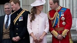 O príncipe William (d) e sua esposa Kate, duquesa de Cambridge durante cerimônia, 15 de junho de 2013