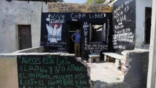 Vladimir Alejo Montesdeoca, con trai của một nhà ly khai Cuba đang tuyệt thực - ông Vladimir Alejo - trước cửa nhà mình tại La Habana, ngày 29/4/11.