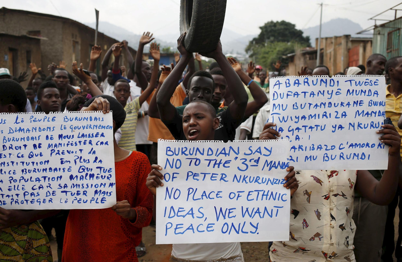 Waandamanaji wanaopinga  wakiandamana mjini Bujumbura nchini Burundi kupinga Rais Nkurunziza kuwania muhula wa tatu