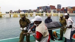 Manusura wabeba maiti ya abiria baada ya kuzama kwa chombo cha kuvusha watu katika bandari ya Zanzibar Julai 19, 2012. Ajali za kuzama kwa mashua na boti hua zikitokea mara kwa mara nchini Tanzania.