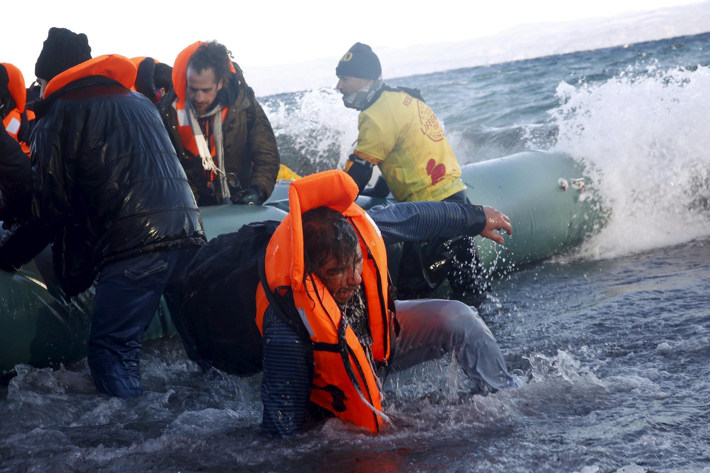 Balsa desembarca refugiados vindo do Iraque e da Síria em uma praia na ilha grega de Lesbos, em 1° de janeiro de 2016. Desde o início do ano, 77 pessoas morreram no mar Mediterrâneo tentando fazer a travessia em direção à Europa.