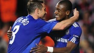 L'Ivoirien Salomon Kalou félicité par Frank Lampard.
