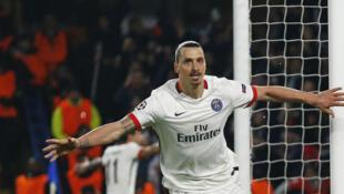 PSG vence e elimina o Chelsea com um gol decisivo de Zlatan Ibrahimovic.