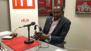 Dr Abdoulaye Diop dans les studios RFI fulfulde-mandenkan à Dakar