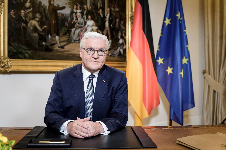 El presidente alemán Frank-Walter Steinmeier posa en su escritorio antes de la grabación de su discurso de Pascua en Berlín el 11 de abril de 2020, en medio de la nueva pandemia del coronavirus COVID-19.
