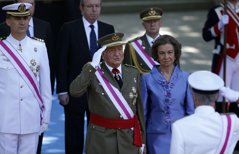 O rei da Espanha, Juan Carlos, preside sua última cerimônia oficial antes de deixar o trono.