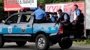 尼加拉瓜马萨亚的莫宁波区被亲政府民兵攻克后警方在公路上巡逻2018年7月17日。