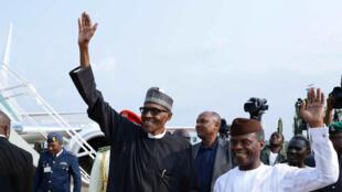 Rais Muhammadu Buhari na makamu wake Yemi Osinbajo  katika uwanja wa ndege wa Abuja, 19 08  2017.