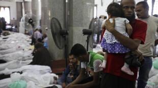 Des dépouilles rassemblées dans une mosquée du Caire, le 15 août 2013.