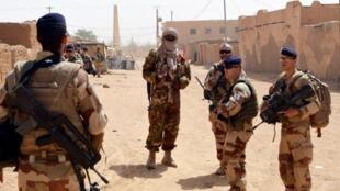 Des forces françaises de Barkhane accompagnées d'un membre de la CMA patrouillent à Kidal le 25 octobre 2016.