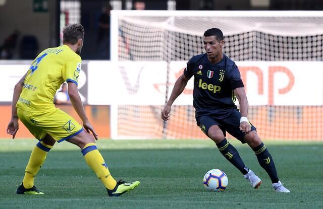 Cristiano Ronaldo na kungiyar Juventus yayin fafatawa da dan wasan kungiyar Chievo Verona Nicola Rigoni, a gasar Seria A ta Italiya. 18, ga Agusta, 2018.