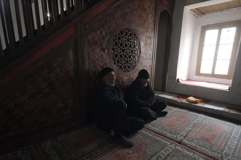 Крымские татары в мечети во время молитвы. Бахчисарай. Крым. Март 2015