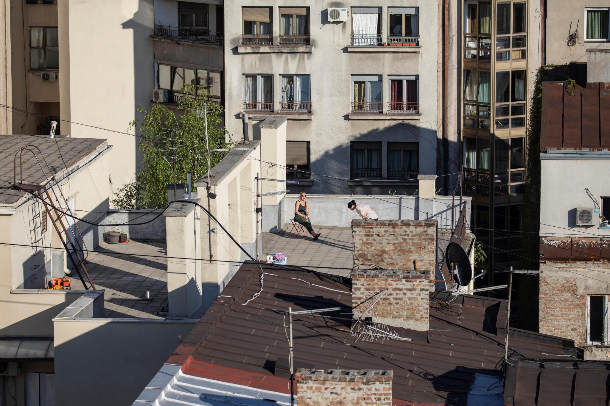 En Serbie, le confinement imposé par la crise sanitaire du coronavirus fait plonger l'économie.