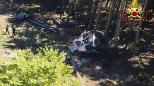 """La cabina de teleférico que se cayó en el norte de Italia, en una foto tomada el 23 de mayo de 2021 por los bomberos italianos """"Vigili del Fuoco"""""""