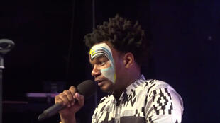 Le slameur Msafara interpète sur scène «Voyage poétique». Un album de sa poésie a été édité.