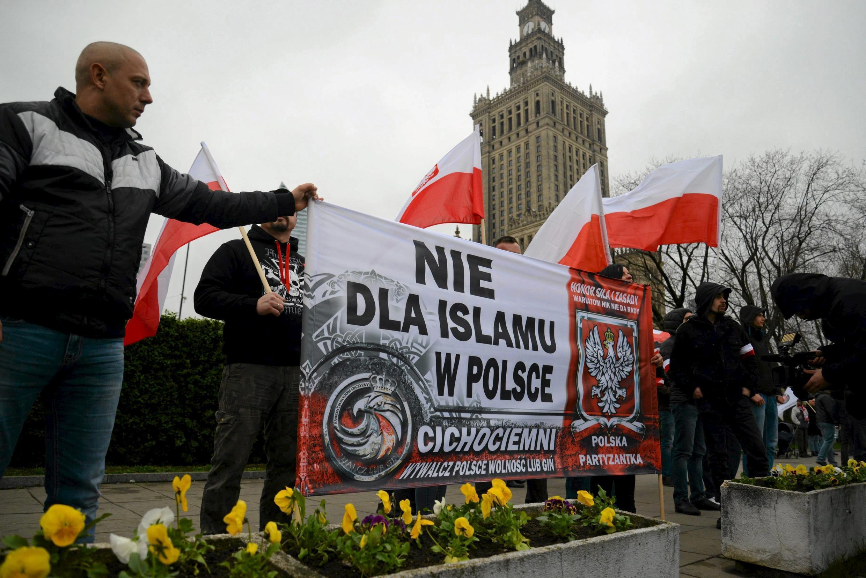 Un millier de nationalistes ont manifesté contre les migrants, dimanche, dans les rues de Varsovie. Sur la bannière on peut lire: «Non à l'islam en Pologne».