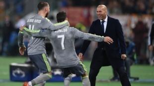 Cristiano Ronaldo akikimbia hadi mikononi ya kocha wake Zinedine Zidane baada ya kufungua bao dhidi ya Roma. Februari 17, 2016.