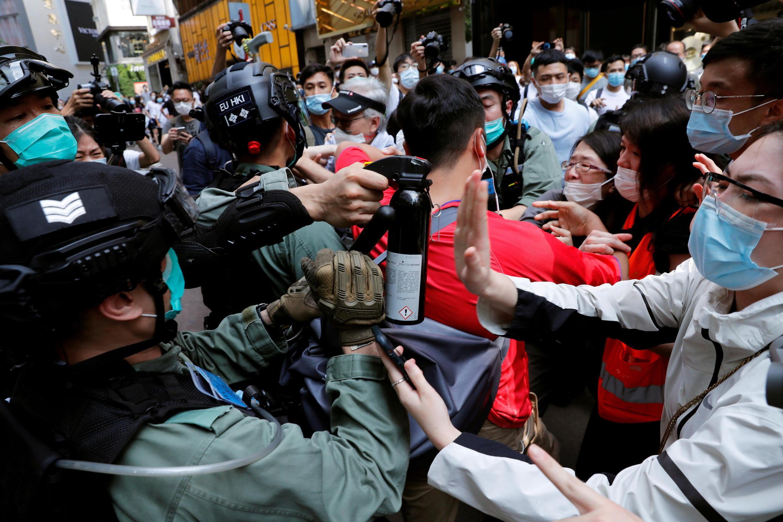 Người biểu tình chống luật an ninh quốc gia ở Hồng Kông đụng độ với cảnh sát ngày 27/05/2020.