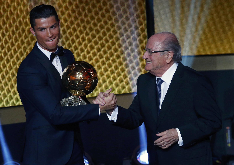 O jogador Cristiano Ronaldo recebe o troféu Bola de Ouro das mãos de Joseph Blatter, presidente da Fifa em 12 de janeiro de 2015.