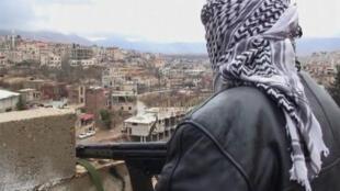 Desertores do Exército sírio fazem patrulha na fronteira oeste de Zabadani, nesta terça-feira.