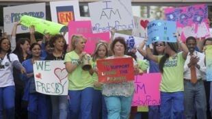 Nhân viên y tế bệnh viện Texas Presbyterian, Dallas biểu tình ủng hộ Nina Pham và Amber Vinson.