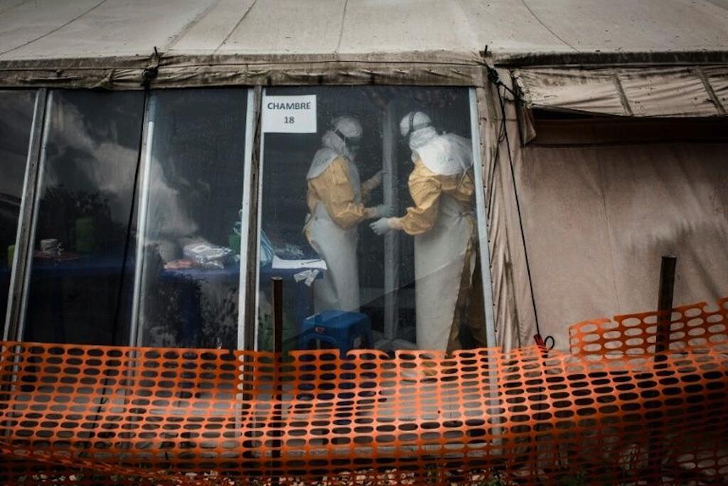 Des travailleurs paramédicaux dans un centre de traitement d'Ebola le 9 mars 2019 à Butembo en République Démocratique du Congo.