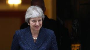 Face à la crise qui agite son gouvernement, Theresa May essaie tant bien que mal de contenir la fronde.