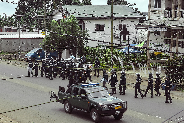 Des membres des forces de l'ordre camerounaises patrouillent dans une rue de Buéa, le 1er octobre 2017.