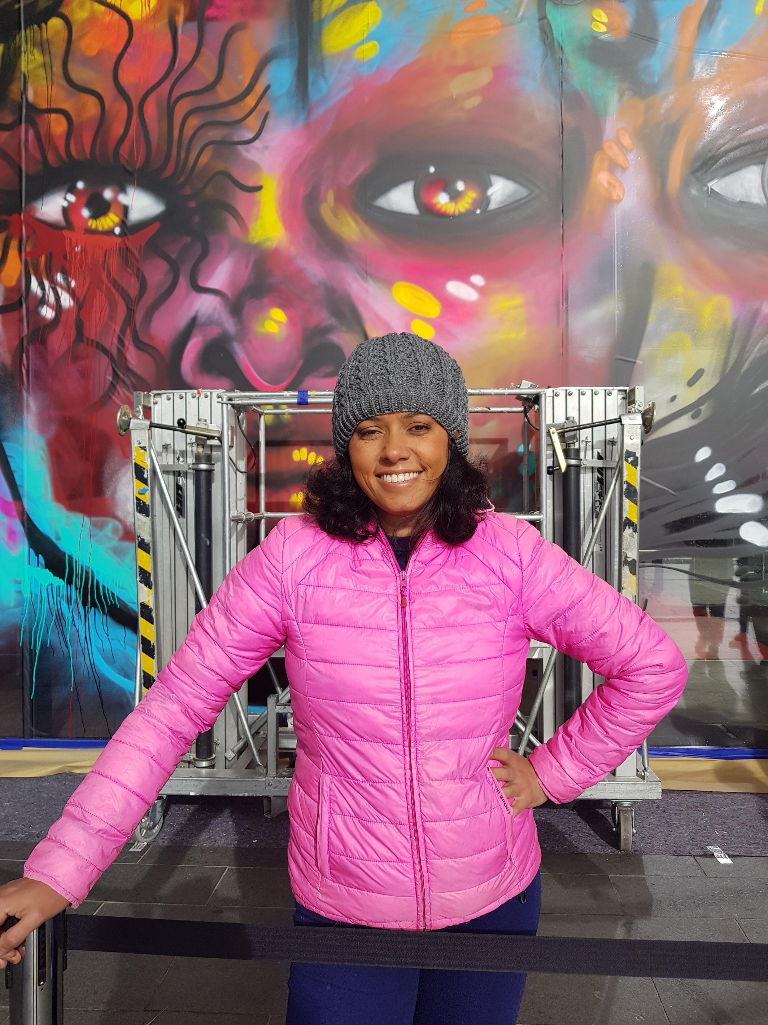 A street artist carioca Panmela Castro, diante de seu grafitti, no Museu Stedelijk, em Amsterdã.
