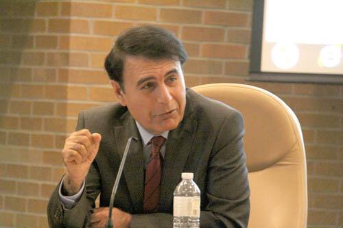 هوشنگ حسنیاری، استاد کالج نظامی-سلطنتی در کنیگستون کانادا