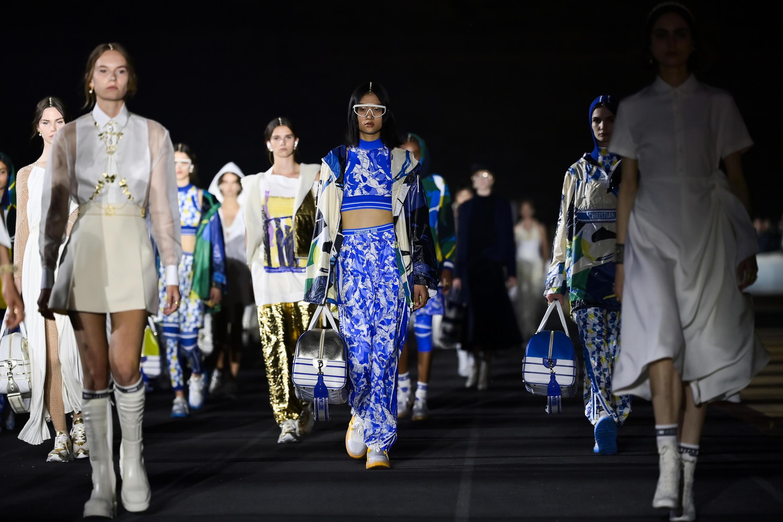 Modelos presentan las creaciones de Dior durante el lanzamietno de su colección crucero, el 17 de junio de 2021 en el estadio Panatenaico de Atenas