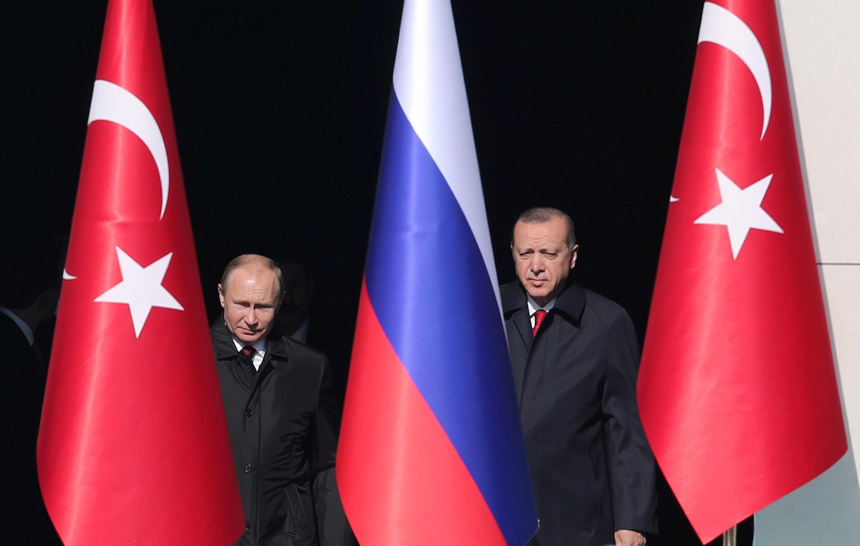 Presidente turco Recep Tayyip Erdogan recebe líder russo Vladimir Putin no palácio presidencial em Ancara, em 3 de abril de 2018.