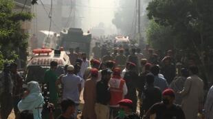 Les ambulances se pressent sur le site du crash, dans un quartier résidentiel de Karachi, au Pakistan, le 22 mai 2020.