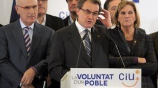 Artur Mas, presidente da Catalunha, discursa após o fracasso nas eleições regionais, neste domingo, em Barcelona.