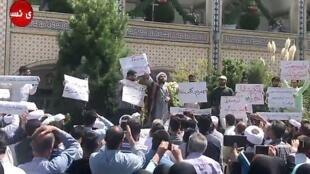 Biểu tình vẫn tiếp diễn ở nhiều thành phố Iran hôm 04/08/2018 chống vật giá leo thang tương tự như cảnh được thấy trong ảnh chụp màn hình cuộc biểu tình hôm 03/06/2018 tại thành phố Mashhad, tỉnh Khorasan Razavi (Iran).
